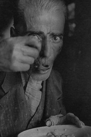 Άνδρας σε συσσίτιο στην Αθήνα (1941-42)