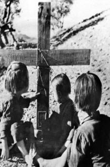 Βιάννος, Κρήτη. Τα παιδιά του εκτελεσμένου μπροστά στον τάφο του
